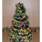 Сделай сам: очаровательная новогодняя елочка из конфет и гирлянды