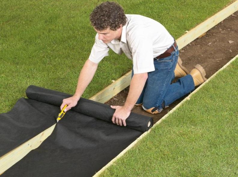 Подготовка к заливке бетоном садовой дорожки