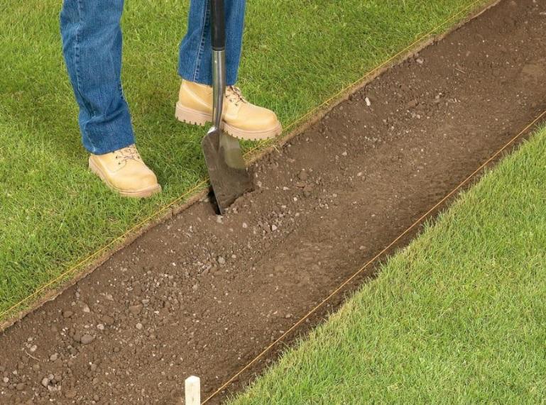 Выемка грунта для садовой дорожки