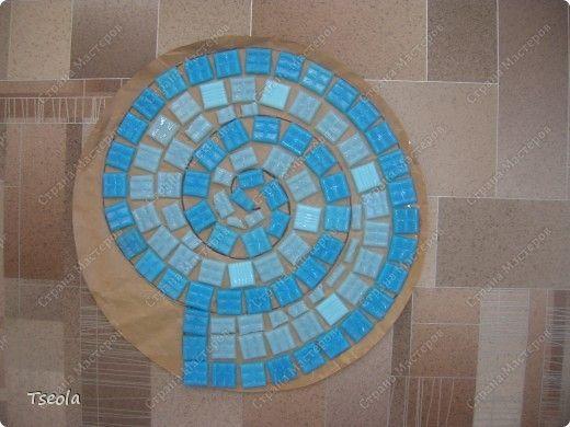 Укладывание мозаики на плитку из бетона