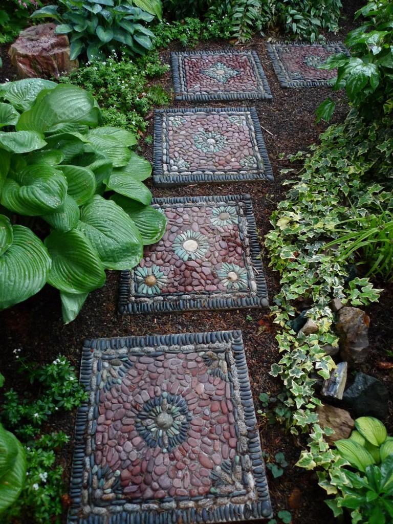 Дорожка из плиток с мозаикой из гальки