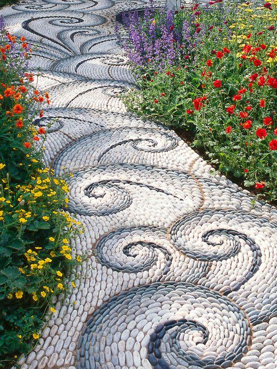 Дорожка с каменной мозаикой бетонная
