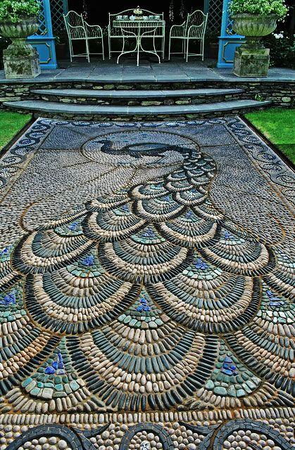 Дорожка с каменной мозаикой
