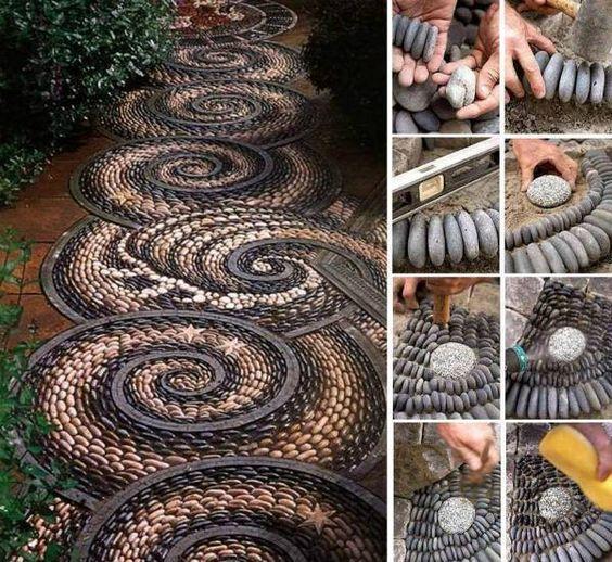 Дорожка из бетона с мозаикой из гальки