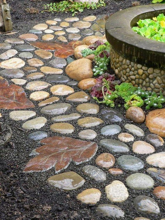 Дорожка с мозаикой из натурального камня в бетоне