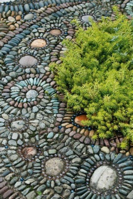 Дорожка с мозаикой из натурального крупного камня в бетоне