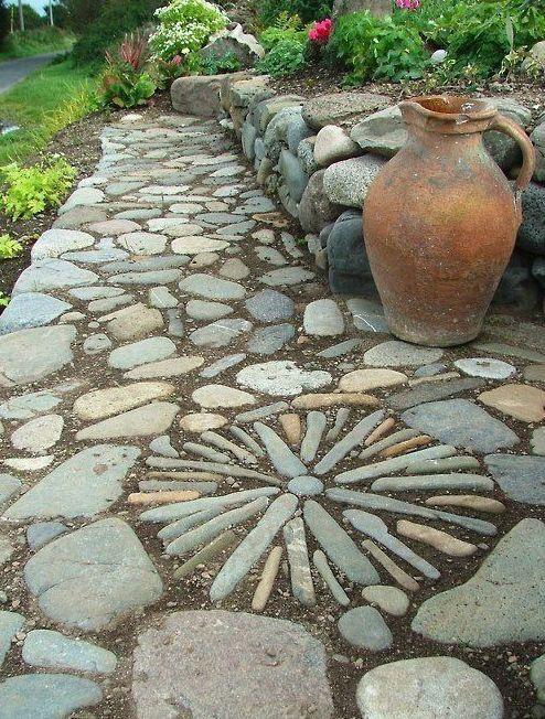 Дорожка с мозаикой из натурального крупного камня