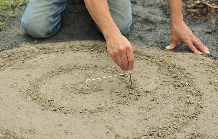 Делаем мозаику из камня на бетонной дорожке в саду самостоятельно