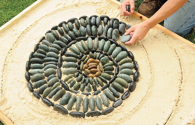 Делаем бетонную дорожку с мозаикой в саду самостоятельно