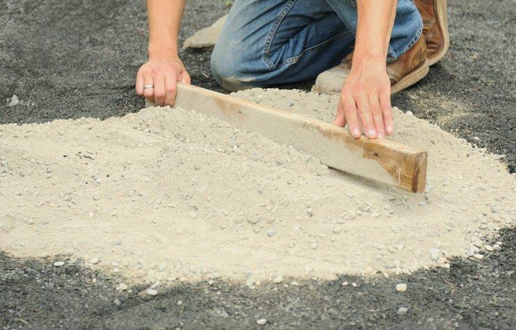 Делаем мозаику на бетонной дорожке в саду своими руками
