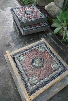 Плитка с мозаикой из камней на бетоне