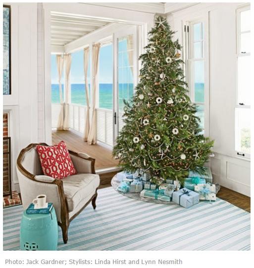 Новогодняя елка с видом на море
