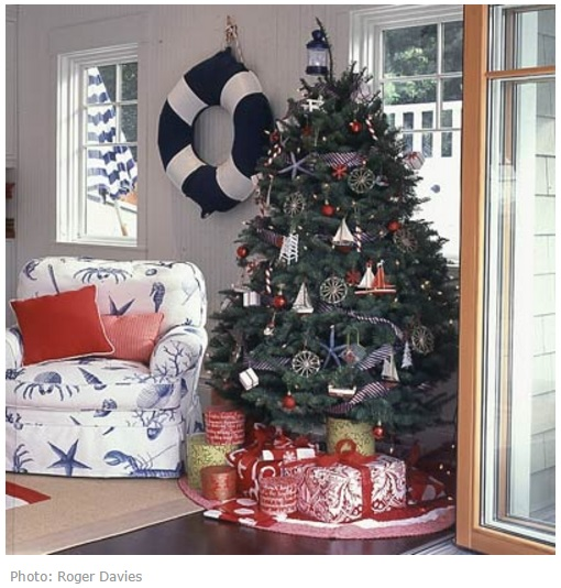 Новогодняя елка с морскими украшениями