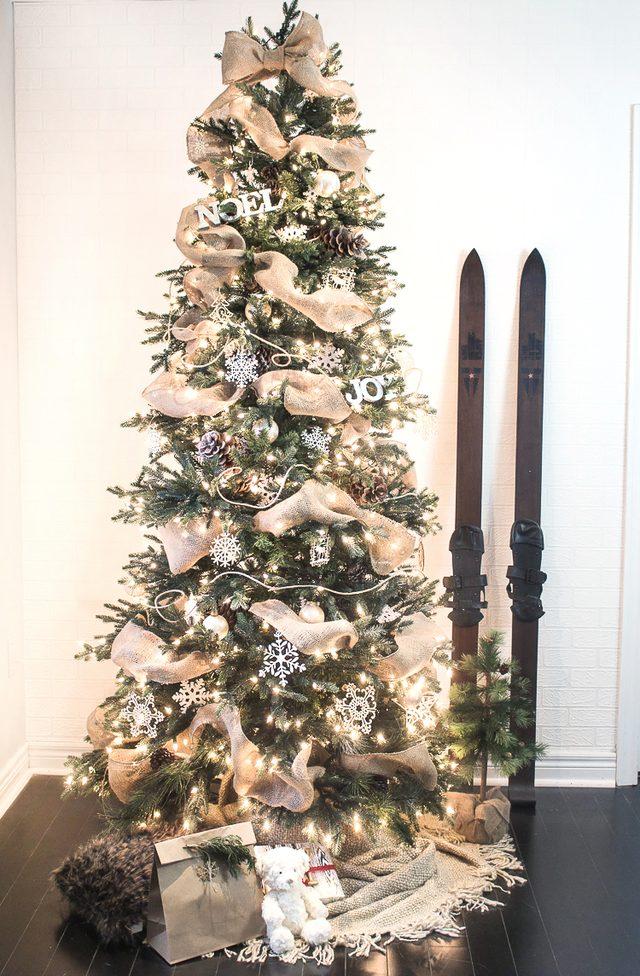 Как эффектно украсить новогоднюю елку лентой