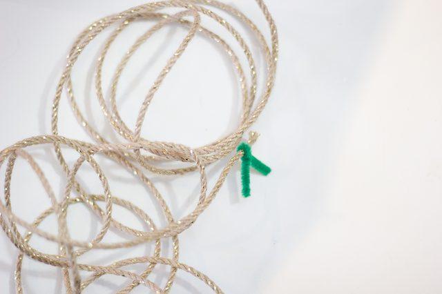 Шаг 15: сделайте дополнительные витки вокруг дерева из джутового шнура