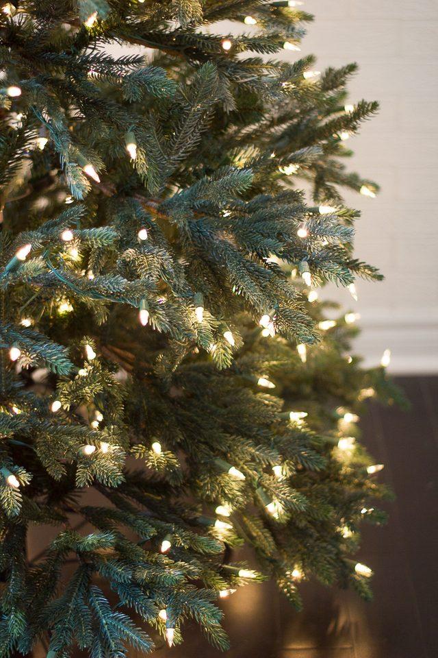 Шаг 2: закрепляем светящуюся гирлянду на новогодней елке