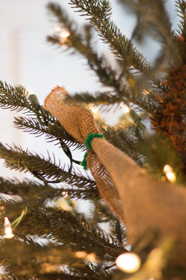 Шаг 8: закрепляем верхнюю часть ленты на верхней части елки